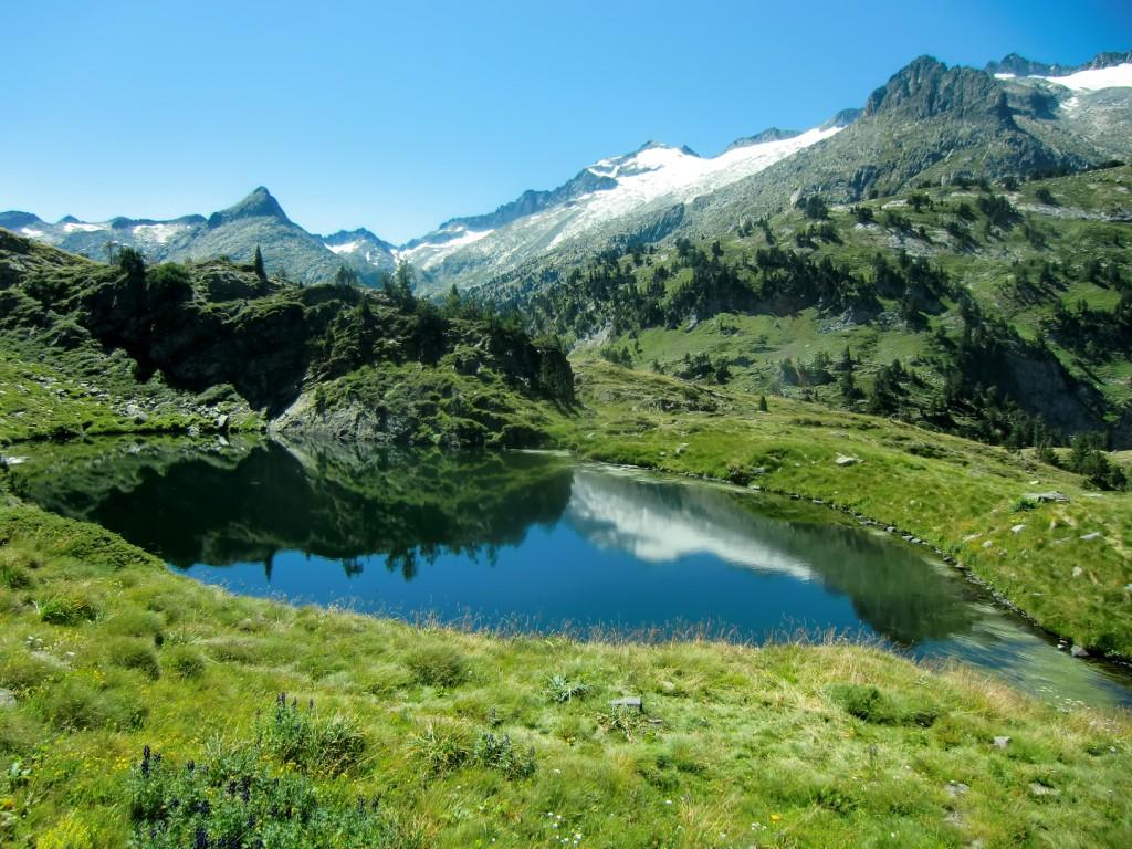 Villamuerta-6-Ibon-Superior-de-Villamuerta-con-el-Glaciar-y-pico-del-Aneto-al-fondo